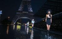 Au pied de la tour Eiffel, les mannequins marchent sur l'eau chez Saint Laurent
