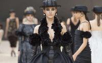 Settimana dell'Alta Moda di Parigi: Chanel fa entrare la Tour Eiffel nel Grand Palais, mentre Karl riceve la Medaglia della Città di Parigi