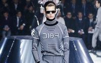L'homme Dior à Tokyo : cyber-tailleur dans l'ombre d'une déesse de l'espace