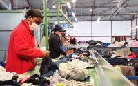 Mode circulaire : visite au cœur d'un centre de tri textile en Ile-de-France