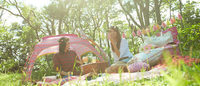 コールマン 女性のアウトドアシーンをポップに彩る新コレクション発表