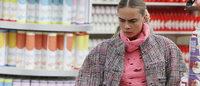 Посетительницы супермаркета на показе Chanel в Париже