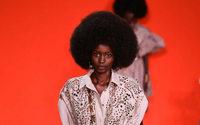 Elie Saab a ritmo de Nina Simone y Guem en la pasarela de París