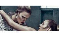 Balenciaga dévoile sa campagne avec Kate Moss et Lara Stone