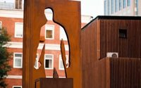 Российские ритейлеры установили первый в мире памятник курьерам