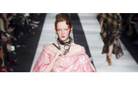 Rosa ganha destaque em desfiles da Semana de Moda de Londres