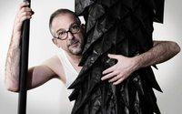 Le maître plisseur Pietro Seminelli recherche la lumière du noir