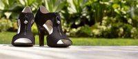Anne Klein lanza una colección de calzado y refuerza su línea de bolsos y carteras