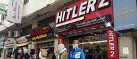 Nel centro di Gaza vanno a ruba gli 'Hitler jeans' nel negozio che porta lo stesso nome