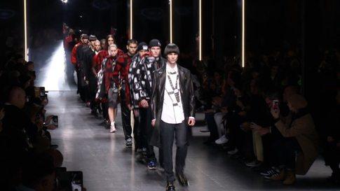 3218e48ef6f1 VERSACE : Milan Men's Fashion Week Autumn/Winter 2018/2019 - Видео ...