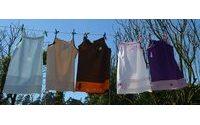 Avós de Guimarães transformam fronhas em vestidos para oferecer a crianças carenciadas