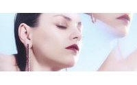 Em vídeo, Mila Kunis sensualiza para campanha de joias