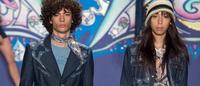 Anna Sui mostra brilhos, estampas e texturas com pegada hippie em Nova York